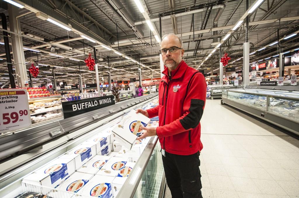 MYE Å SPARE: Butikksjef på Maximat Nordby, Ole Jörgen Lind, anbefaler nordmenn å handle brus, meieri- og kjøttvarer når de er på grensehandel.
