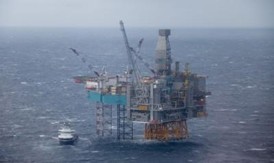 OLJEKRISE: 40.000 arbeidsplasser innenfor oljesektoren er borte, inntektene fra oljesektoren er halvert på to år - og Norge går med dundrende underskudd. Samtidig har staten forpliktet seg å betale ut alderspensjon til en sum som er mye høyere enn oljefondet.
