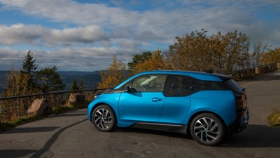 Nordmenn har sittet og ventet på at BMW skal begynne å levere sin elbil i3 med større batteripakke. Nå skyter den forbi Golf på bestselgerlistene.