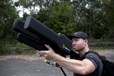 DRONEVÅPEN: Våpenet Drone Shield ser mektig ut, men skyter ikke kuler. Det tvinger droner i bakken.