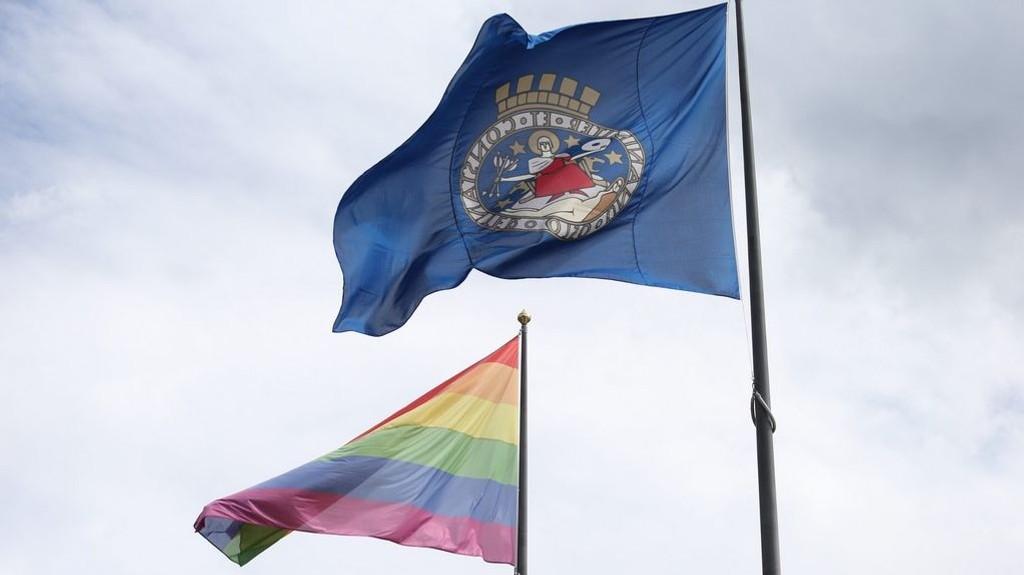 Ordfører i Oslo, Marianne Borgen heiser regnbueflagg på Rådhusplassen i anledning Oslo Pride 22.06.16.