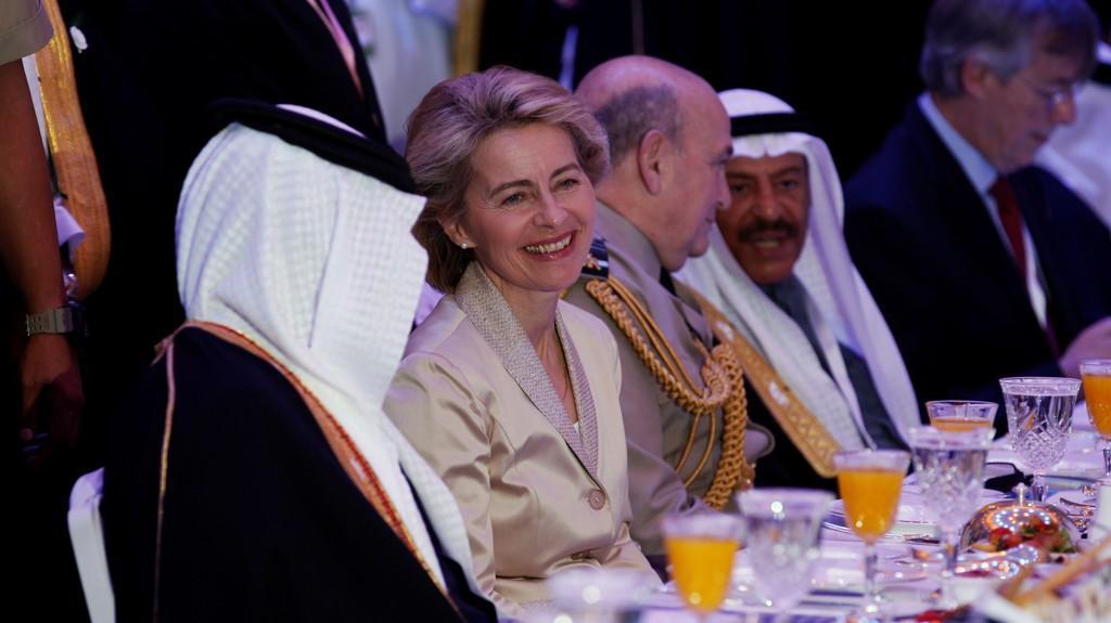 UTEN HIJAB: Den tyske forsvarsministeren, Ursula von der Leyen, fotografert under det regionale sikkerhetsmøtet Manama dialogen i Bahrain tidligere denne måneden. På sitt besøk i Midtøsten var hun også i Saudi Arabia der hun altså lot være å iføre seg det påbudte klesplagget for kvinner.