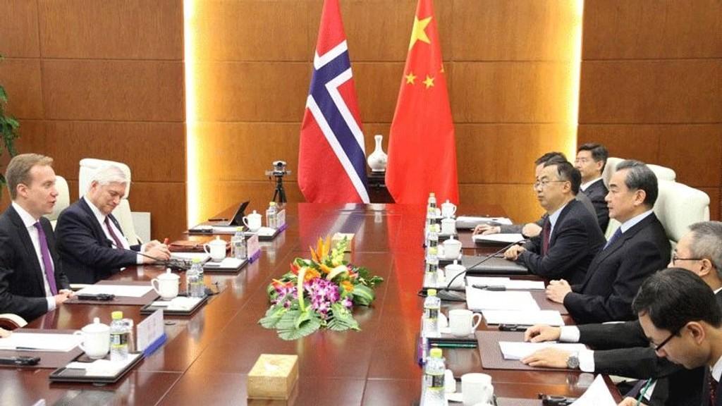 Utenriksminister Børge Brende og utenriksråd Wegger Chr. Strømmen i møte med blant annet den kinesiske utenriksministeren Wang Yi (nr. tre fra høyre) – i forbindelse med normaliseringen av forholdet mellom Norge og Kina.