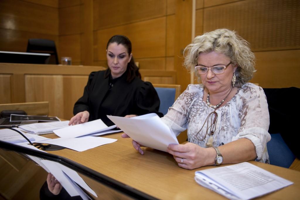 Frisøren Merete Hodne anket til lagmannsretten etter at hun ble dømt for diskriminering i den såkalte hijab-saken. Til venstre forsvarer Linda Ellefsen Eide.