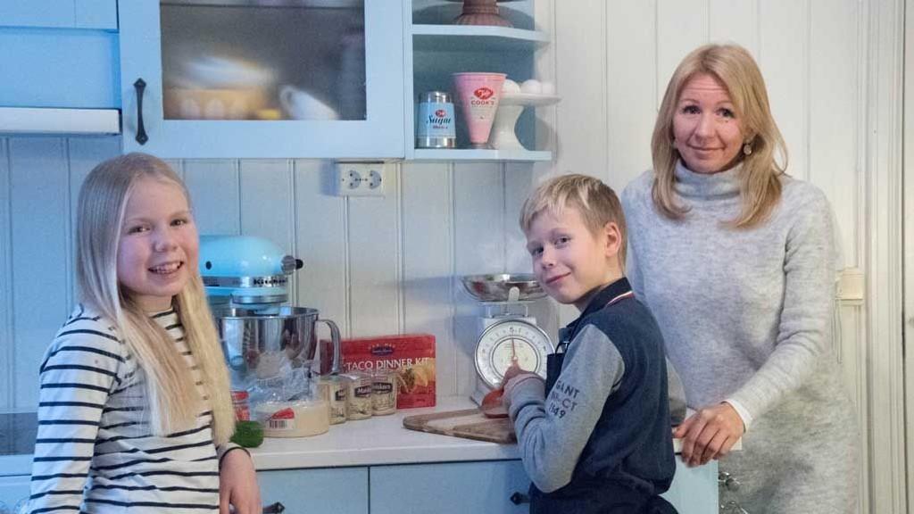 Side2-blogger Anne Brith Davidsen sammen med to av barna: - Ta barna med på matlagingen, råder Anne Brith.
