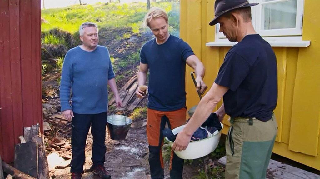 FARMEN: Lars Barmen og Petter Pilgaard prøver forgjeves å lære Leif-Einar Lothe å vaske klær.