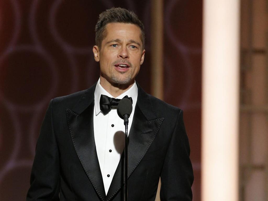 BRAD PITT: Skuespilleren så både nyklippet og -barbert ut, og sjarmerte i smoking, da han dukket opp på Golden Globe-utdelingen søndag.