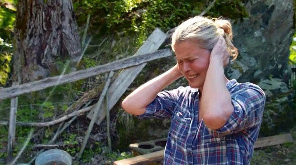 FARMEN: Vendela Kirsebom prøver å la være å høre griseslaktingen.