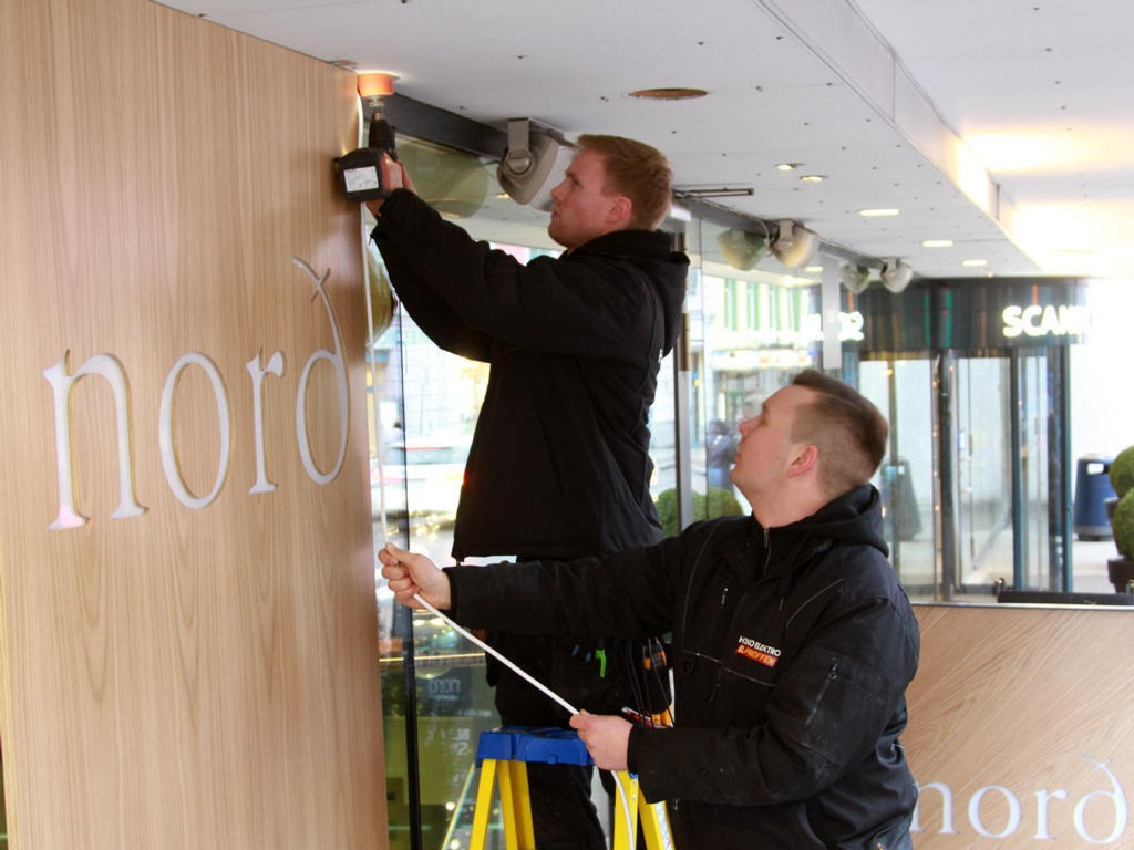 Onsdag var det åpning av Nord-filialen i Grensen i Oslo. Håndverkerne holdt på å skru opp de siste skiltene mens kaffeserveringen var i full sving.