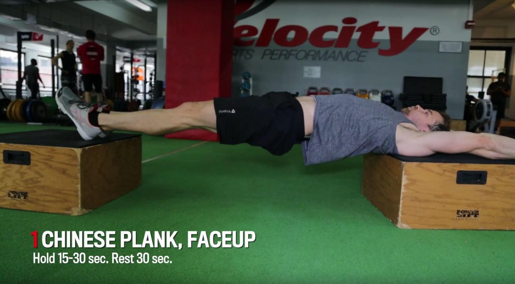 HARDT: Treningsekspert Chris Ryan demonstrerer en variant av øvelsen kinesisk planke, den første av syv øvelser i et sirkeltreningsprogram for kjerne- og magemuskulaturen.