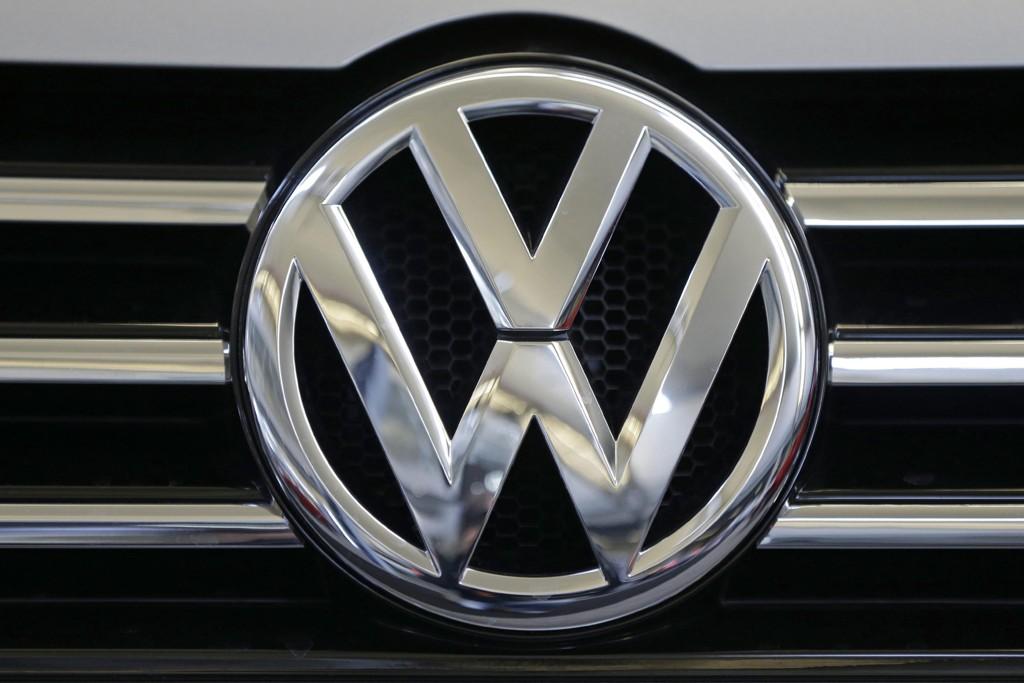 Volkswagen-logo i grillen på en av selskapets biler.