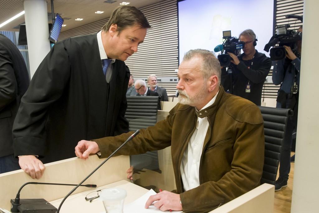 Eirik Jensen sammen med sin forsvarer John Christian Elden før han avgir forklaring under andre dag av rettssaken mot han selv og Gjermund Cappelen.