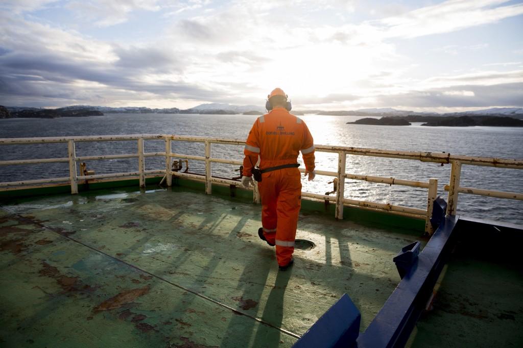 MYE BILLIGERE. Investeringene på prosjekter på norsk sokkel er blitt halvert på to år. Her en arbeider ombord på Odfjell-eide Deepsea Atlantic, som nå er ute på jobb for Statoil på Johan Sverdrup-feltet.