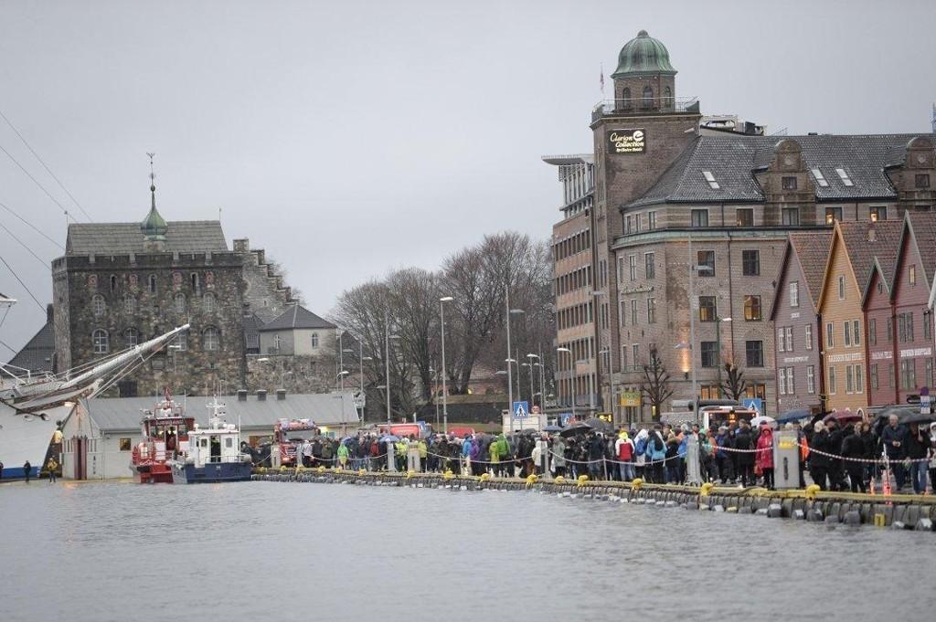 OVER: Ekstremværet som har herjet på Vestlandet i morgentimene, er nå over. Det ventes normale vannstandsnivåer i løpet av ettermiddagen. Foto: Arne Ristesund (Bergensavisen)