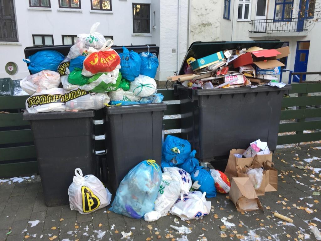 Søppelet har rent over etter at Veireno overtok ansvaret, her fra en bakgård sentralt i Oslo.
