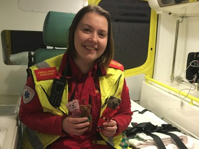 BRUKER STRIKKEBAMSER I AMBULANSENE: Tonje Lysaker jobber ved ambulansetjenesten på Brobekk i Oslo. Hun tok initiativet til å la de små strikkede kosebamsene bli unge ambulansepasienters nye venner.