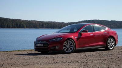SYNKER PÅ SALGSLISTEN: Teslas Model S har ligget på 5. plass i to år på rad, men i 2016 sank bilen til en 16. plass på listen over antall solgte nybiler. Side3s bilekspert Magnus Blaker tror noe av forklaringen ligger i konkurranse fra kommende og billigere elbiler med dugelig rekkevidde.