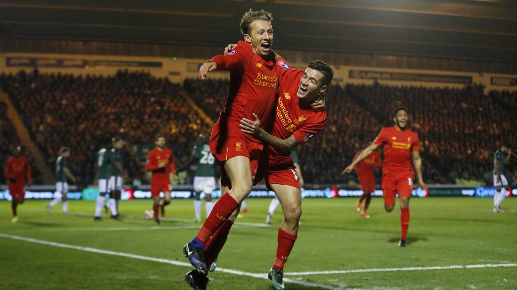 EKTE GLEDE: Liverpools Lucas Leiva og Philippe Coutinho trodde ikke sine egne øyne da førstnevnte fant nettmaskene. Det skjer nemlig ikke så ofte.
