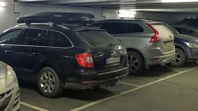 PARKER BEVISST: NAF har noen gode råd til de som vil unngå småbulker og uhell når de parkerer. Mye handler faktisk om hvordan du kjører inn på parkeringsplassen. Illustrasjonsfoto.
