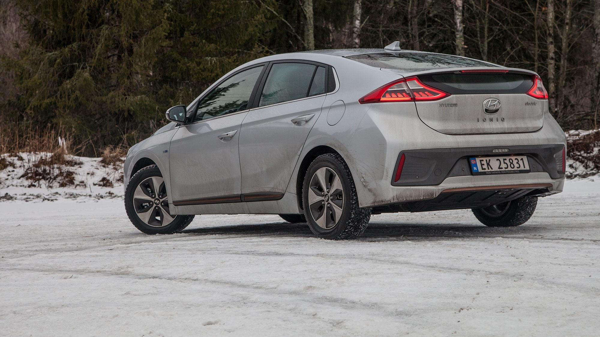 IONIQ: Hyundai har funnet ut at Toyota har laget en effektiv bil i Prius. Derfor fremstår koreanernes nye storsatsing ut som en kopi av designet til 3. generasjon av Toyotas stolthet. Men bare i designet. (Hyundai sier det handler om lav luftmotstand, der begge har det oppgitte luftmotstandstallet 0,24)
