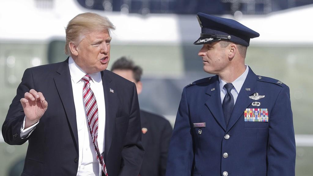 USAS PRESIDENT Donald Trump ligger ikke på latsiden om dagen. Nå kommer trolig en ny ordre som vil kaste ut innvandrere som er avhengig av velferdsoverføringer. På bildet: Trump i samtale med oberst Christopher Thompson før avreise med Air Force One til Philadelphia.