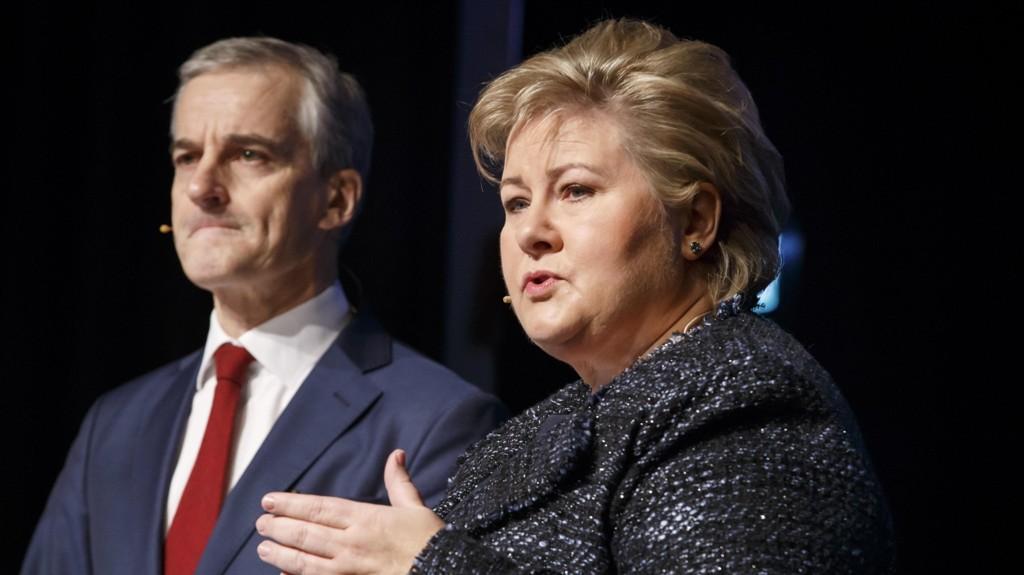 Statsminister Erna Solberg tar innpå Arbeiderparti-leder Jonas Gahr Støre i popularitetsmåling. Her er de to avbildet på en konferanse januar 2017.