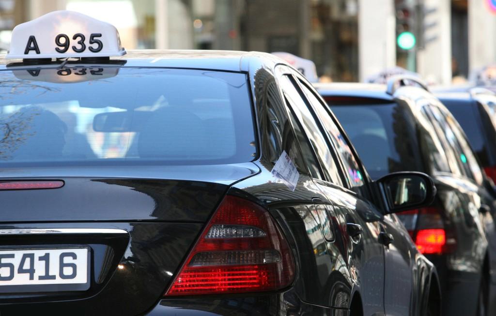 Et utvalg som har foreslått å fjerne løyveplikten for drosjer leverer sin rapport til finansminister Siv Jensen (Frp) mandag. Det kan åpne for aktører som Uber. Taxinæringen reagerer (arkivfoto).