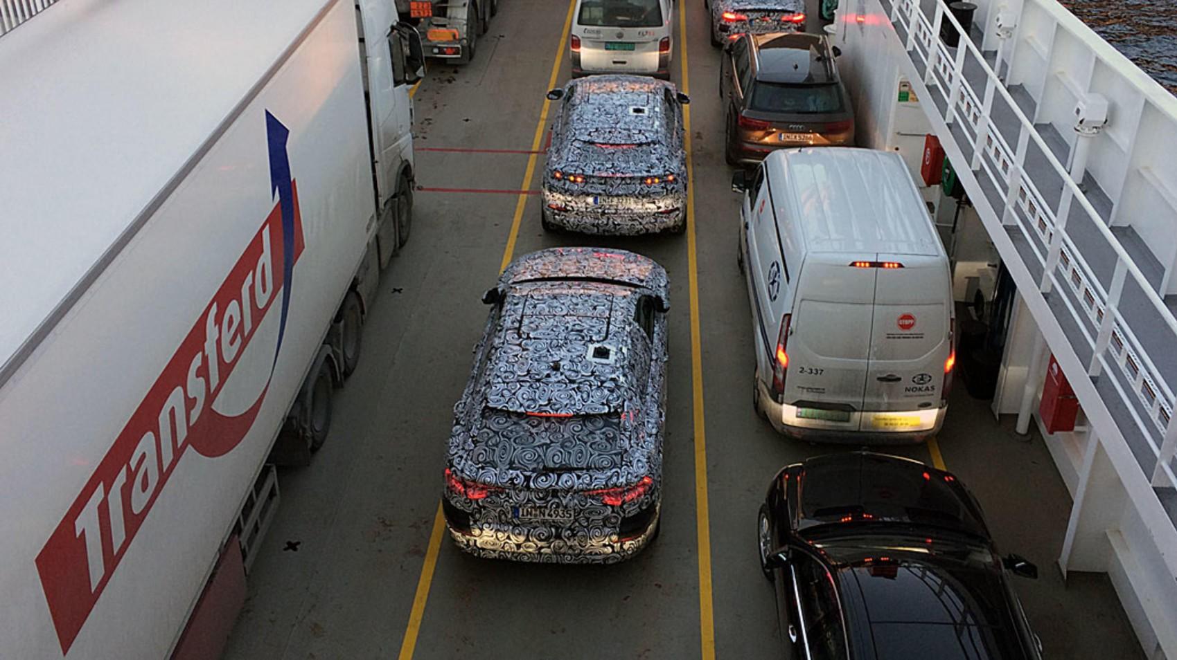 AUDI PÅ VINTERTUR: Kamuflerte biler på vei over Sognefjorden.