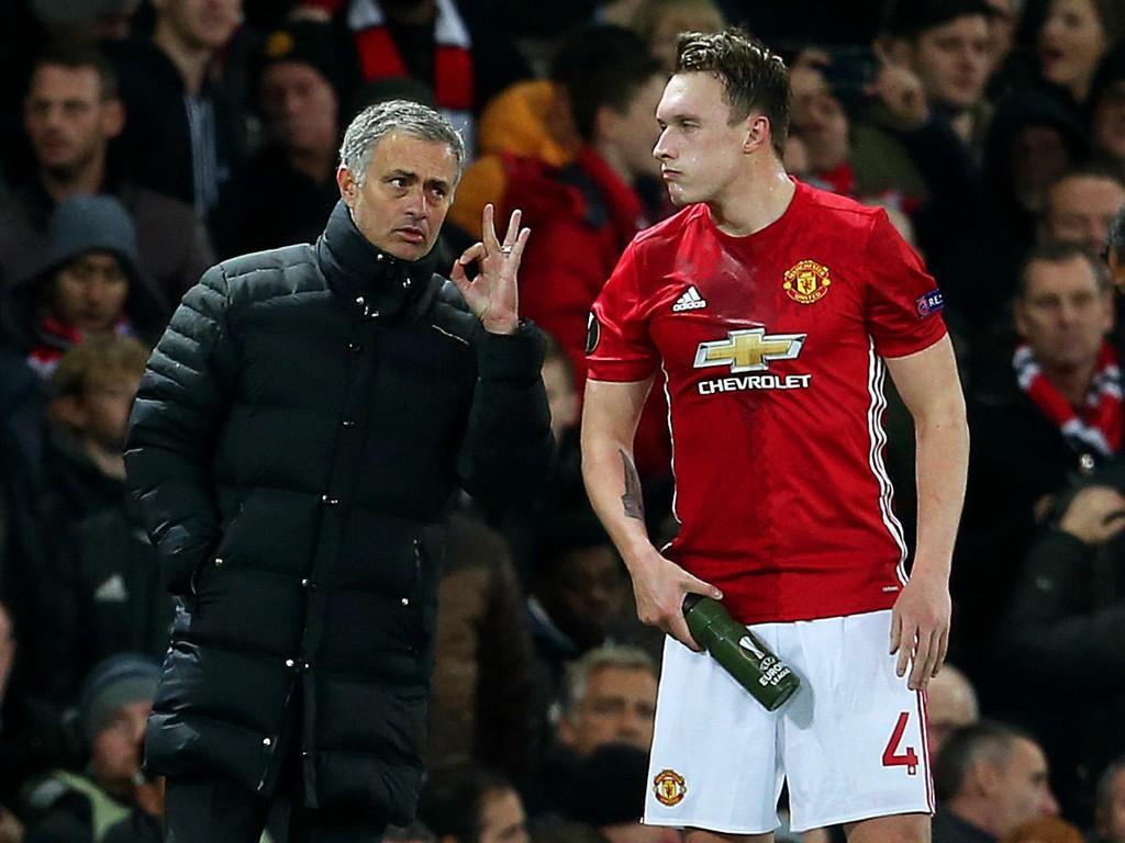 KLAR TALE: José Mourinho får gode skussmål for jobben han har gjort i Manchester United av Phil Jones (til høyre). Bildet er fra en kamp i Europa League i november.
