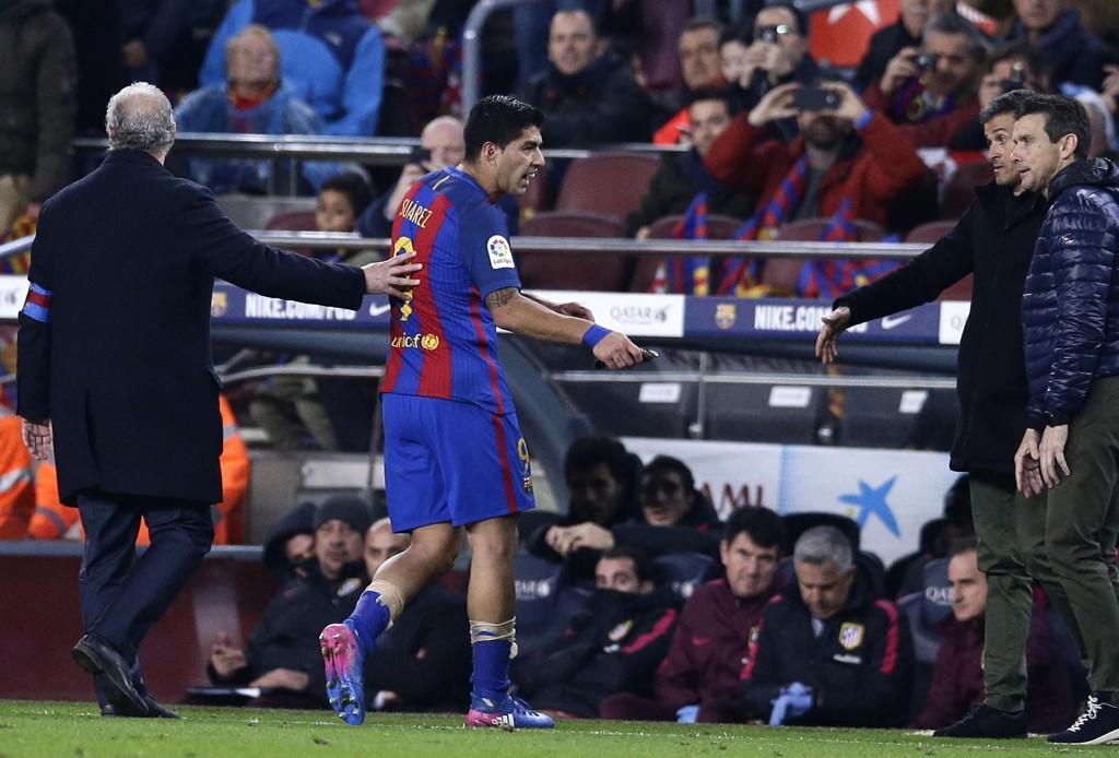 UTVIST: Luis Suárez går av banen etter utvisningen mot Atlético Madrid. Nå er det klart at han mister cupfinalen i mai.