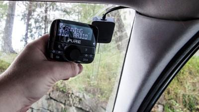 TRAFIKKFARLIG: Forsikringsselskapet Tryg advarer mot løse DAB-adaptere i bil. - Bilistene trenger ikke flere dingser som distraherer dem. Bytt ut bilradioen i stedet, og unngå trafikkfarlige adaptere, sier leder i Tryg Forsikring i Norge, Espen Opedal. Illustrasjonsbilde.