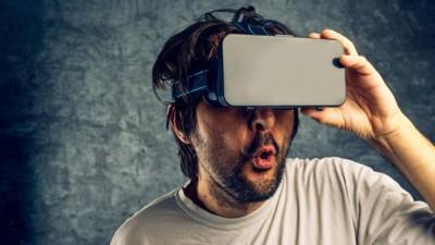 NYE VANER I ANMARSJ: Søkeordet «VR» har hoppet hele 602. plasser fra 2015 blant norske menn og kvinner på Pornhub. VR står for «Virtual reality». I en verden der de aller fleste er i besittelse av en smarttelefon, er virtuell porno spådd til å bli en av de store trendene i årene som kommer.