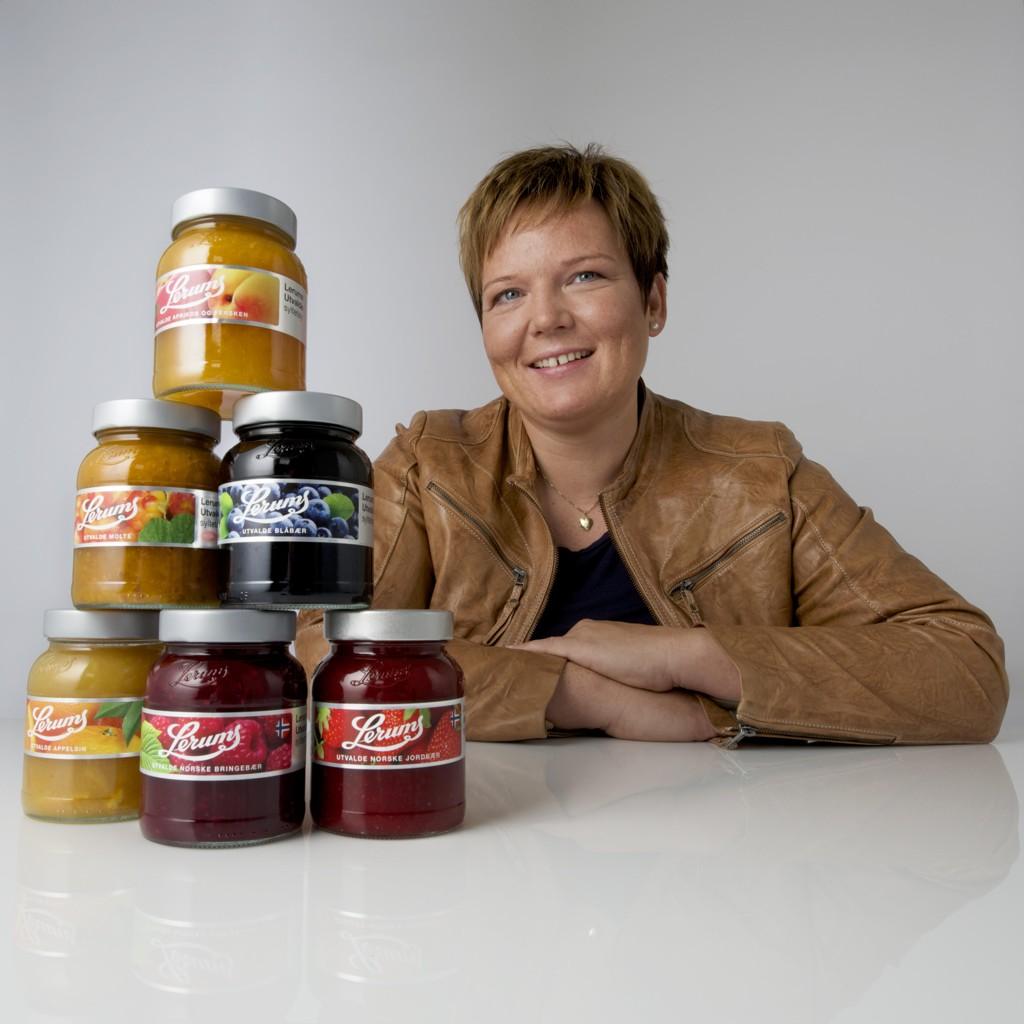 MÅ KUTTE: Trine Lerum Hjellhaug, administrerende direktør i Lerum, må nedbemanne etter at selskapet syltetøy forsvinner ut av Rema-butikkene.