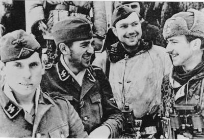 OVERLEVDE MOT ALLE ODDS: På trappen foran kasinoet i Hungerburg ved Narva 10. februar 1944 står de overlevende fra 7. kompani Norge - Der verlorene Haufen - etter passering gjennom hovedfrontlinjen. Kompaniet ble meldt savnet 27. januar 1944 ved Martynowo, og under ledelse av SS-Untersturmführer Arne Hanssen Arne Hanssen fra Sandefjord måtte de gå tilbake til Narva. Det var en 16 dager lang dagsmarsj. Alt de hadde som proviant var en sekk mel.