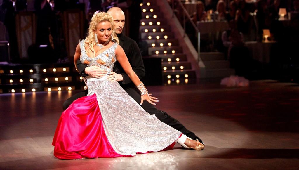 """DØD: Åsleik Engmark og Nadya Khamitskaya under finalen i """"Skal vi danse"""" på TV2 i 2010. Mandag kom beskjeden om at Engmark er død, 51 år gammel."""
