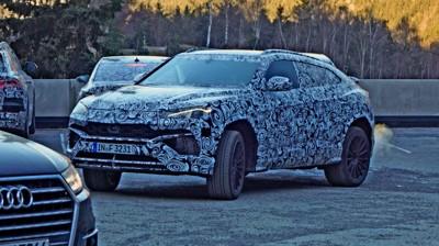 KAMUFLERT MEGA-LUKSUS-SUV: Bilen som gjemmer seg bak denne kamuflasjefolien er intet mindre enn Lamborghini Urus. Og som ventet gjør de ikke ting halvveis. Målet er enkelt: Dette skal bli det råeste du kan få kjøpe deg i dette segmentet.