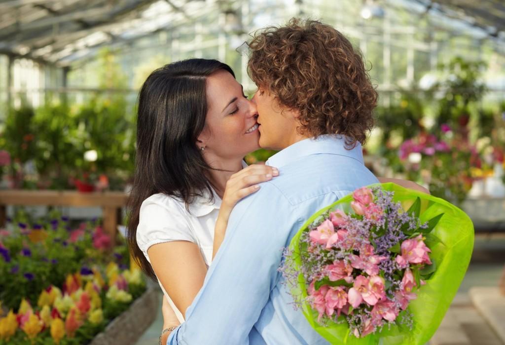 BLOMSTER: Er han en Morten, Peter, Lars eller Thomas? Så kjøper han nok blomster i dag.