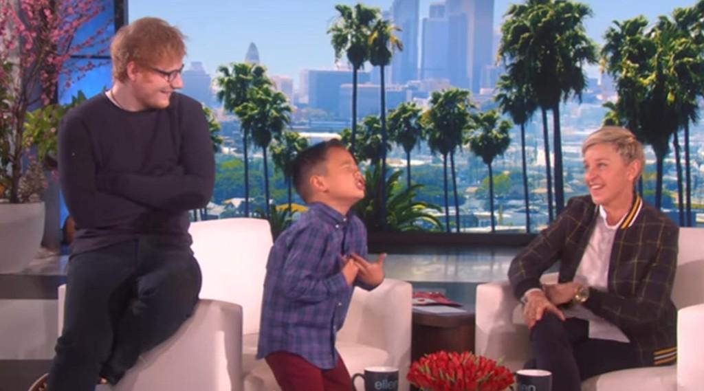DELES I REKORDFART: Kai (8) fremførte Ed Sheerans låt med stor innlevelse uten å vite at Ed Sheeran selv kom inn og satte seg bak ham.