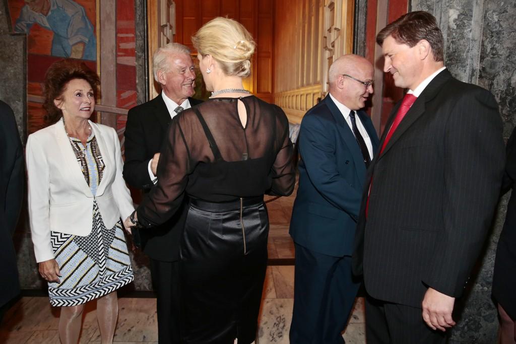 Frp-ekteparet Ingvil Smines Tybring-Gjedde og Christian Tybring-Gjedde gratulerer Carl I. Hagen på hans 70 års dag i Oslo rådhus.