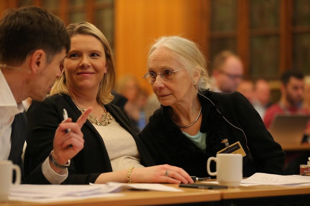 - Du var en av mine store helter, sa innvandringsminister Sylvi Listhaug (Frp) til Unni Wikan etter hennes innledningsforedrag. Til venstre konferansier Kjetil Rolness.