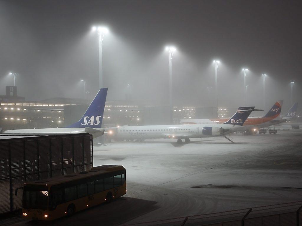 TÅKE: Været skaper problemer for flytrafikken på Kjevik og gardermoen. Arkivfoto.