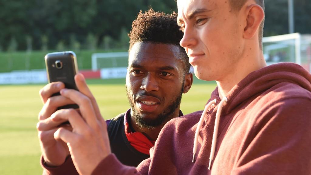 PÅ VEI BORT: James Pearce i Liverpool Echo tror Daniel Sturridge (bildet) er på vei bort fra Liverpool. Her tar Liverpool-stjernen bilde sammen med en supporter.