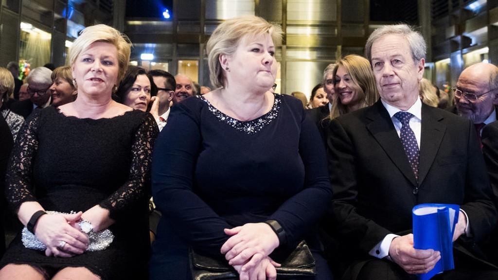 ÅRLIG TALE: Finansminister Siv Jensen (Frp) og statsminister Erna Solberg (H) sitter sammen med sentralbanksjef Øystein Olsen før sistnevnte skal holde sin årlige tale i Speilhallen i Norges Bank torsdag.