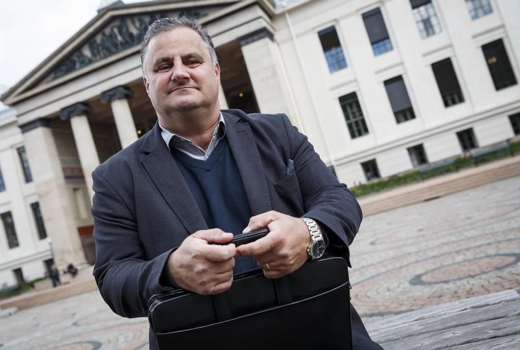 Holger Gustavsen, leder for Taternes landsforening (Taterfolket), på plass foran Universitets aula før overrekkelsen av Tater- og Romaniutvalgets rapport til regjerningen i 2015.