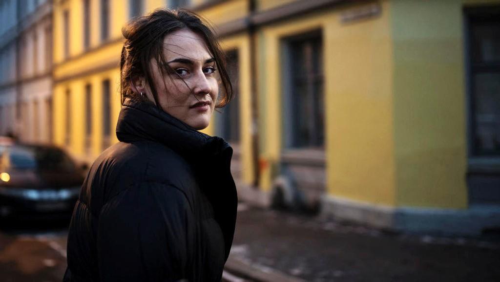 Emma Clare Gabrielsen leder programmet Innafor på NRK.