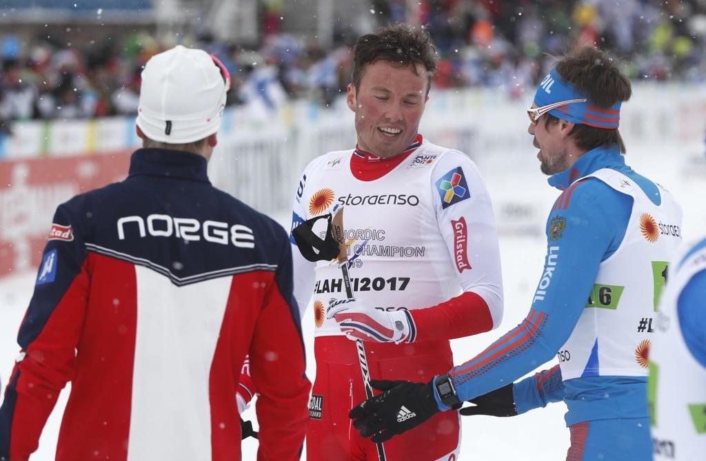 VILLE STØTTE: Sergej Ustjugov trøstet Emil Iversen etter den dramatiske lagsprinten.
