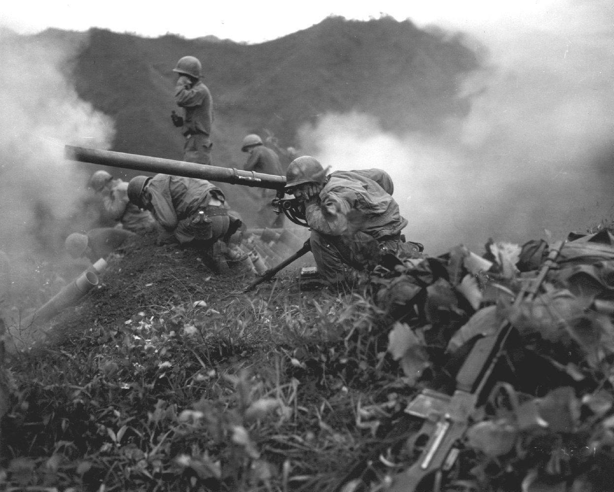 Amerikanske styrker fyrer av mot koreanske under FN-kontroll i Korea. 1951.