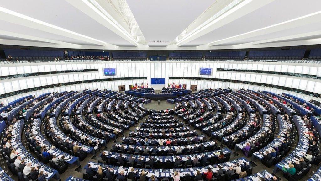 Bildet: EU-parlamentet under en sesjon.
