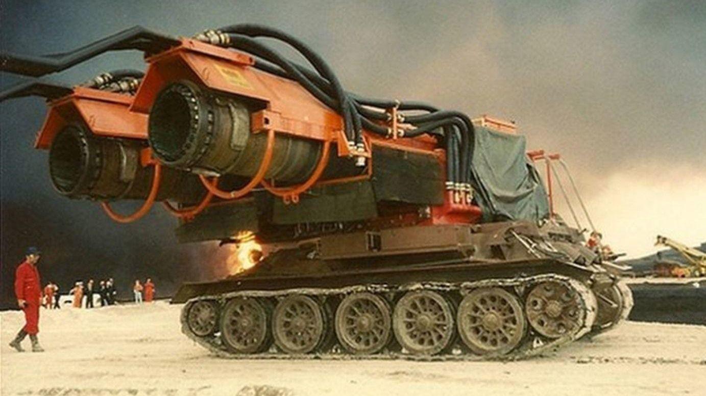 Slik ser et 38 tonn tungt brannslukningsapparat ut - bestående av restene av en russisk stridsvogn og to motorer fra et jagerfly.