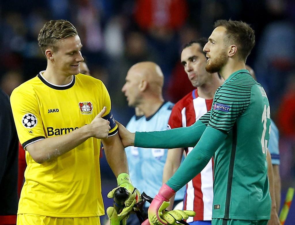 BANENS GIGANTER: Leverkusens Bernd Leno (til venstre) og keeperkollega Jan Oblak i Atlético Madrid vekslet på å levere redninger av høy klasse.